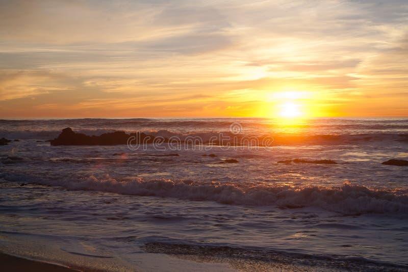 Solnedgång på Manhattan Beach, Half Moon Bay, Kalifornien royaltyfri foto