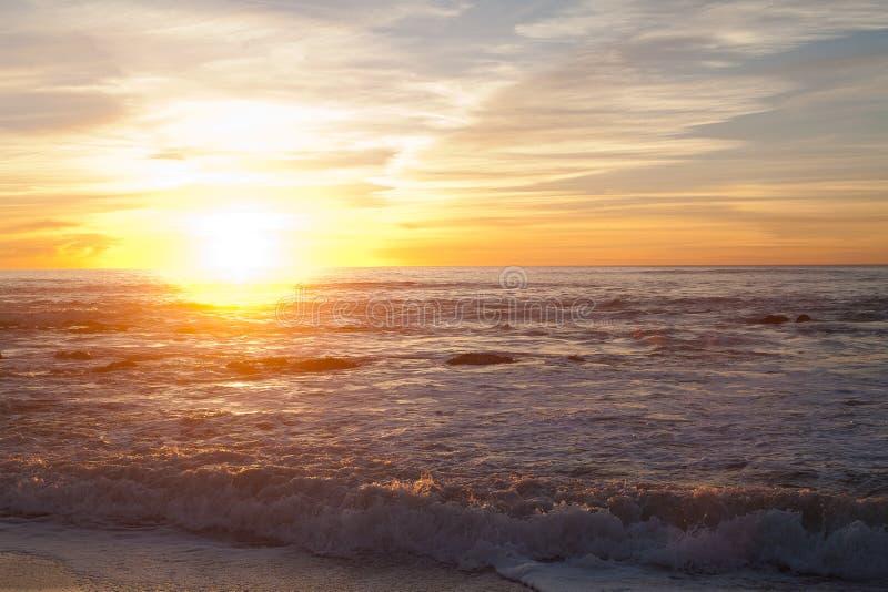 Solnedgång på Manhattan Beach, Half Moon Bay, Kalifornien fotografering för bildbyråer
