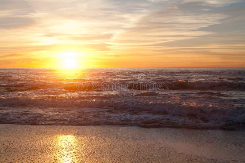 Solnedgång på Manhattan Beach, Half Moon Bay, Kalifornien royaltyfri bild
