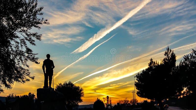 Solnedgång på Manzanares el Real arkivbild