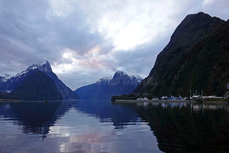 Solnedgång på Milford Sound, Nya Zeeland fotografering för bildbyråer