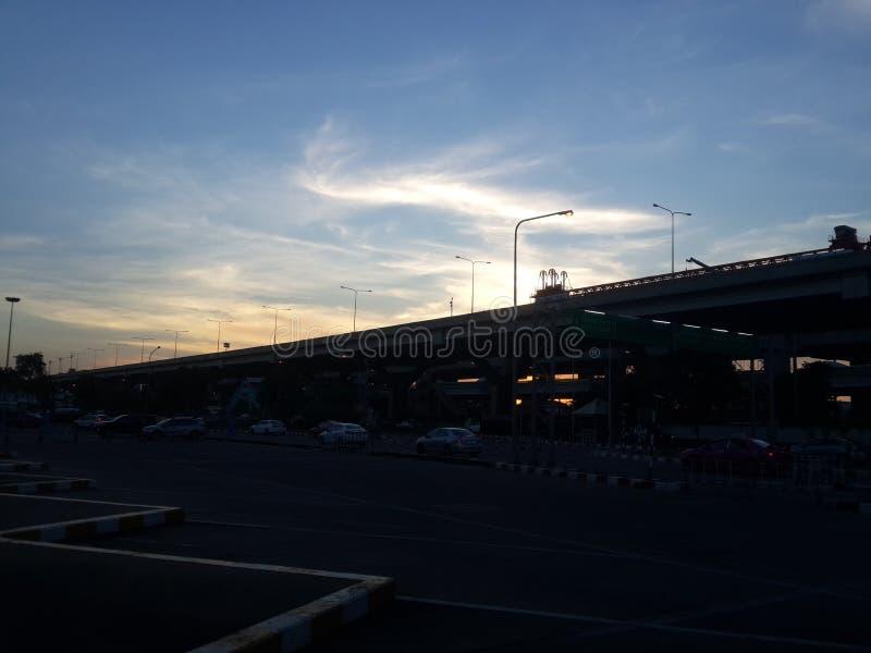 Solnedgång på min väg royaltyfria bilder