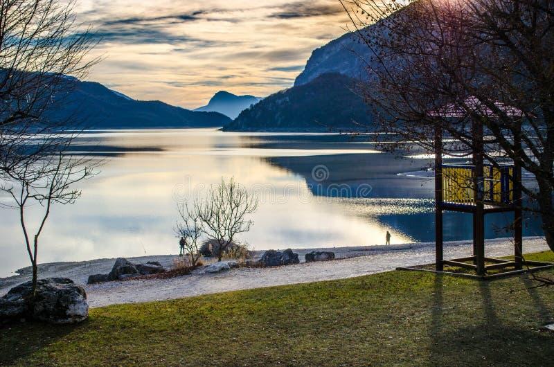Solnedgång på Molveno sjön arkivfoton