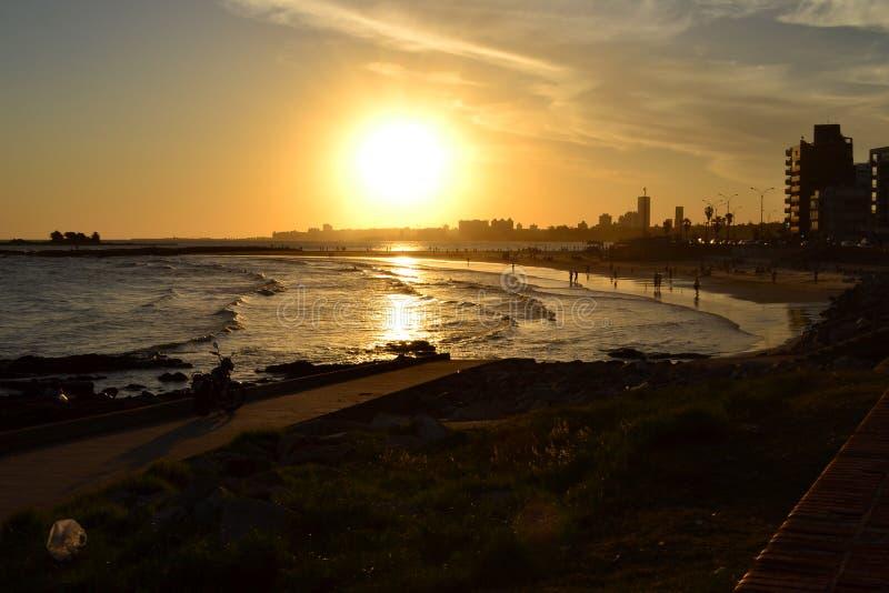 Solnedgång på Montevideo royaltyfria bilder
