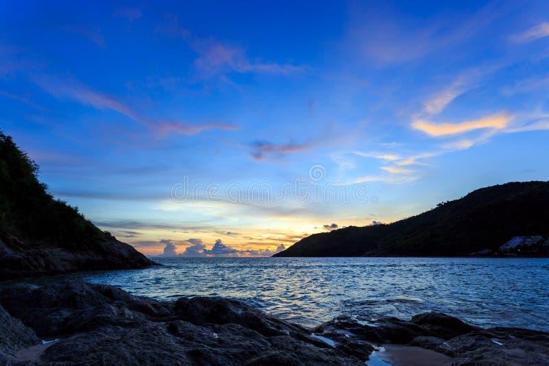 Solnedgång på Nai Harn Beach, Phuket royaltyfri bild