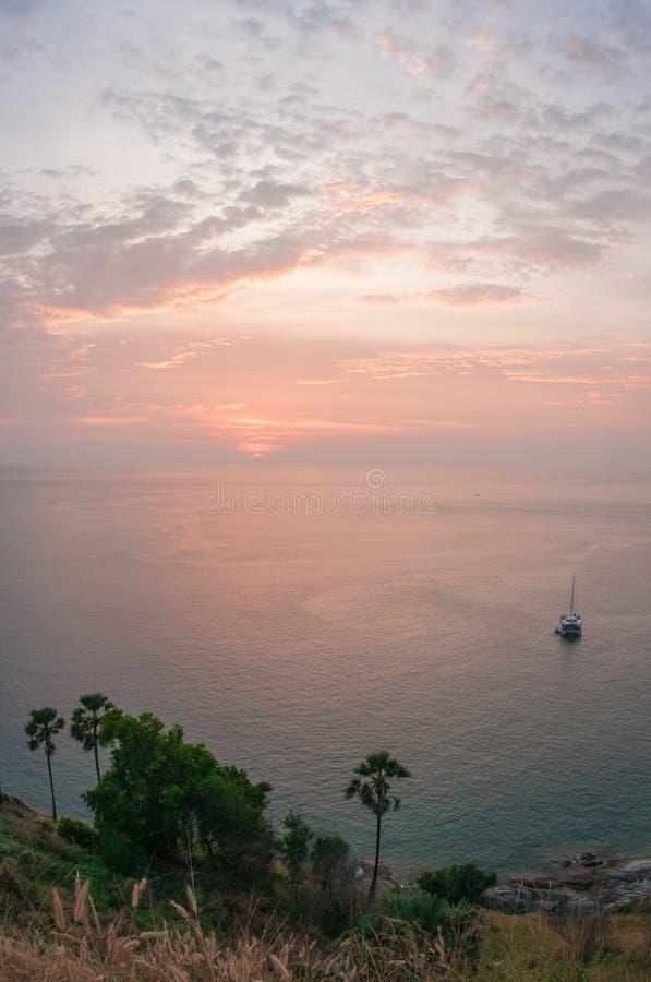 Solnedgång på Nay Harn på den Phuket ön i Thailand royaltyfria foton