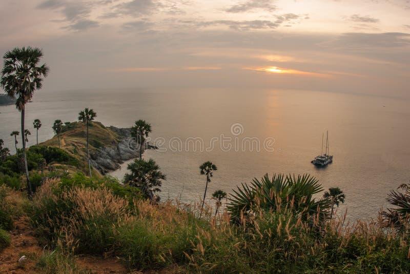 Solnedgång på Nay Harn på den Phuket ön i Thailand arkivbilder