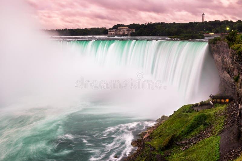 Solnedgång på Niagara Falls arkivfoton