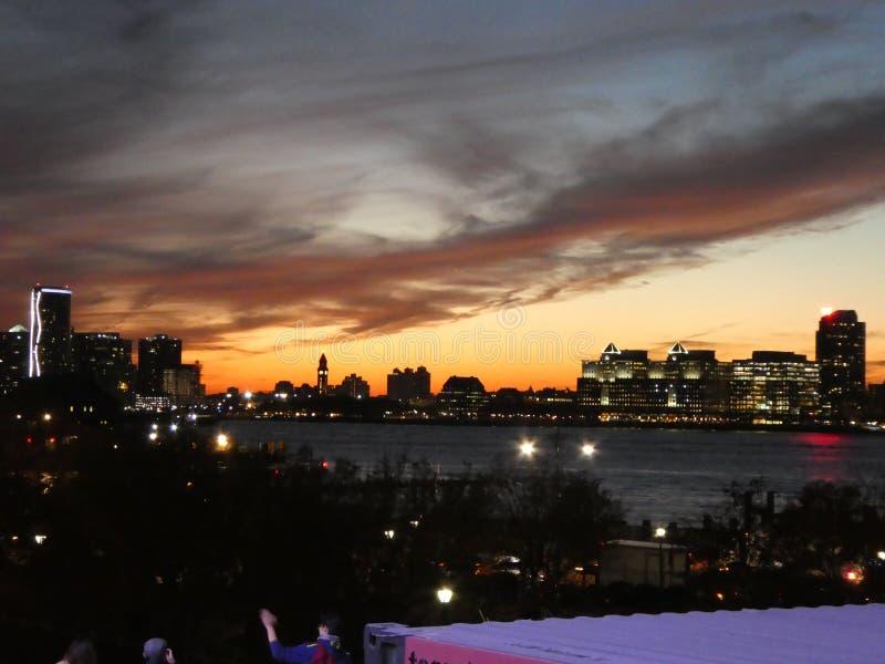 Solnedgång på nytt - ärmlös tröja som ses från New York royaltyfri bild