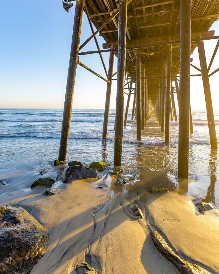 Solnedgång på Oceansidepir i sydliga Kalifornien arkivbilder