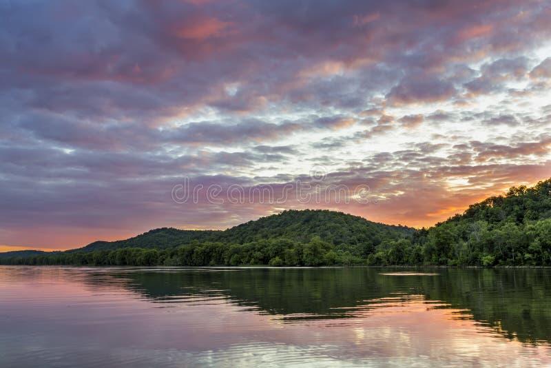 Solnedgång på Ohioet River arkivfoto