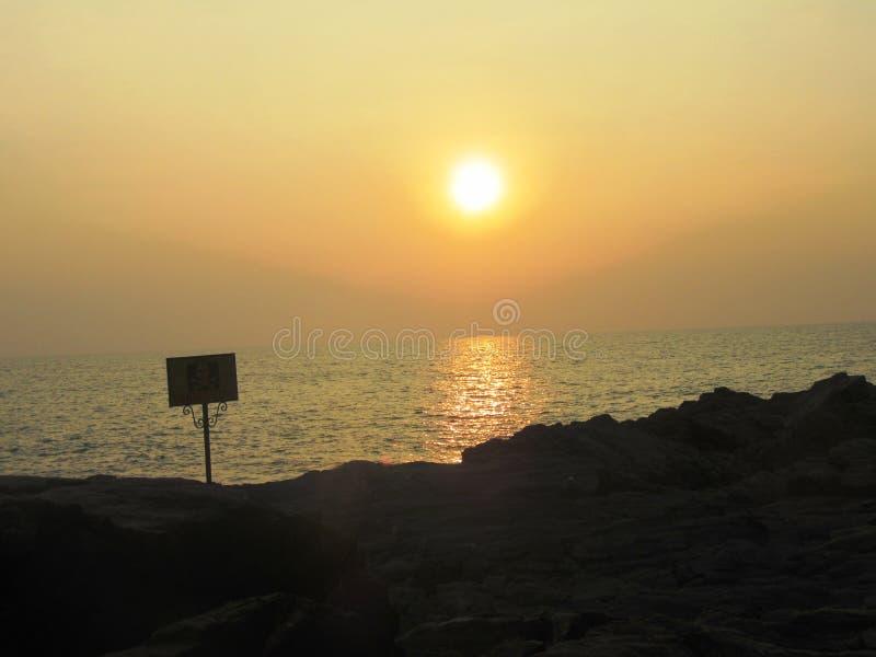 Solnedgång på Om-stranden, en underbar strand nära Gokarna royaltyfri bild