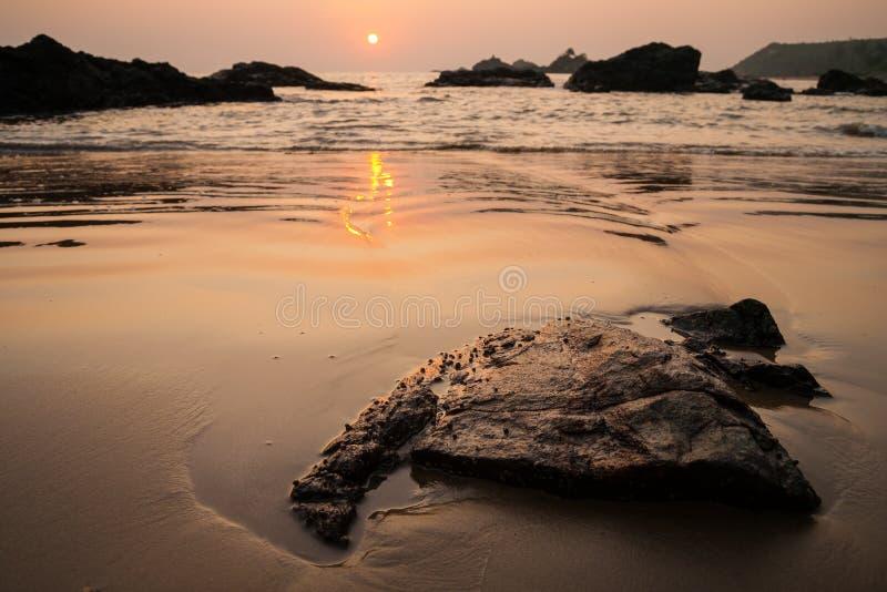 Solnedgång på om-stranden Indien arkivfoton