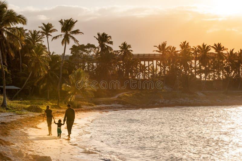 Solnedgång på paradisön arkivbilder