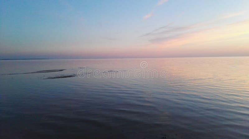 Solnedgång på Peipsi sjön arkivbild
