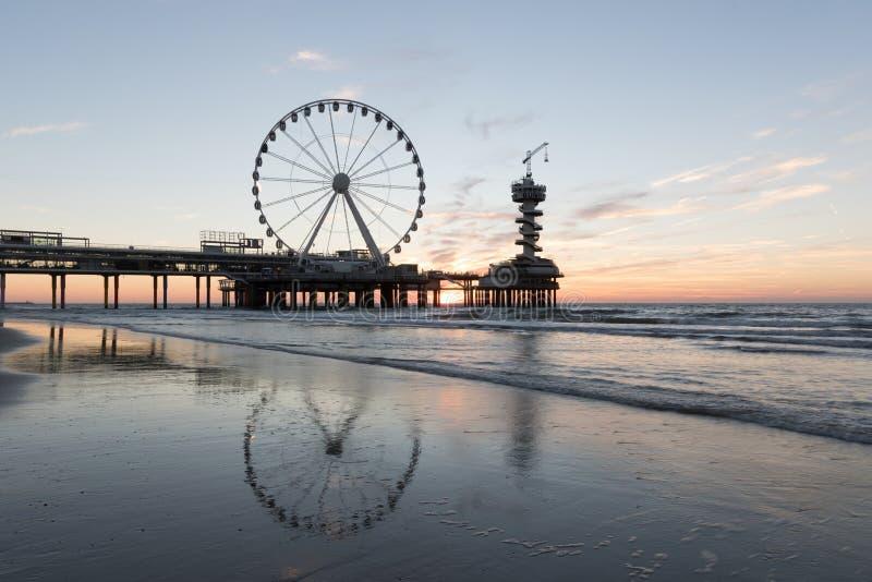 Solnedgång på pir i Scheveningen Holland fotografering för bildbyråer