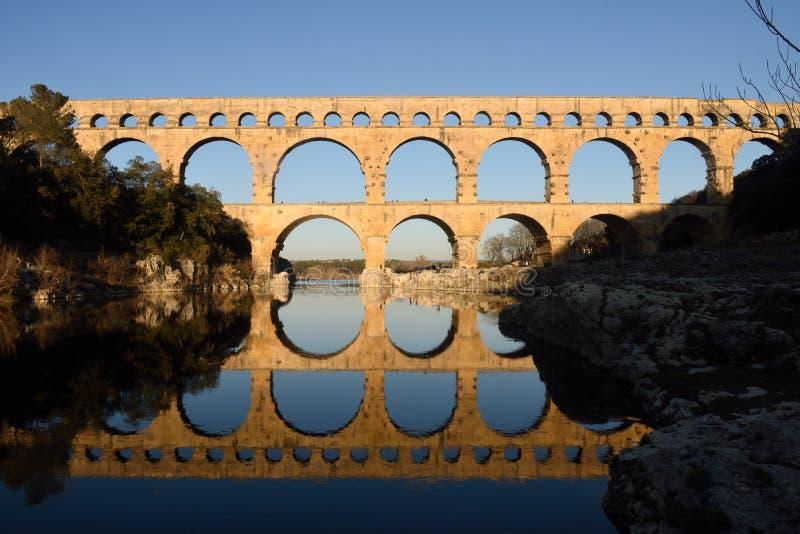 Solnedgång på Pont du Gard i Provence royaltyfri bild