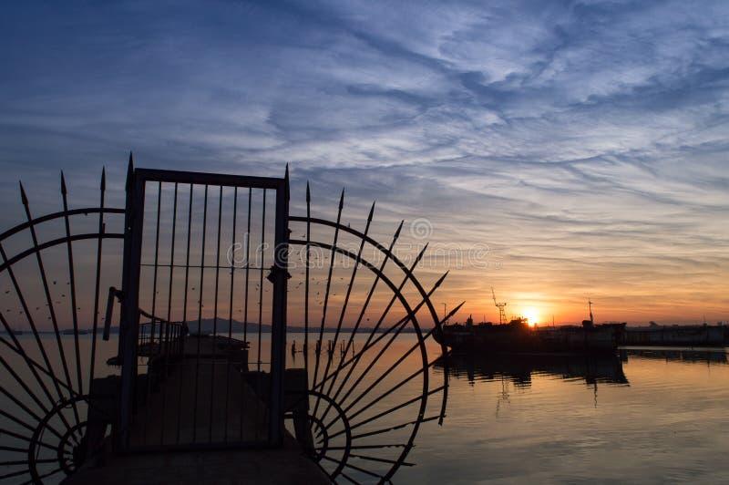 Solnedgång på port av Montevideo royaltyfri fotografi