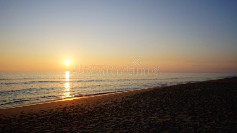 Solnedgång på Praia de Faro royaltyfri foto