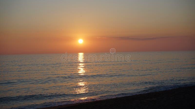 Solnedgång på Praia de Faro arkivfoton