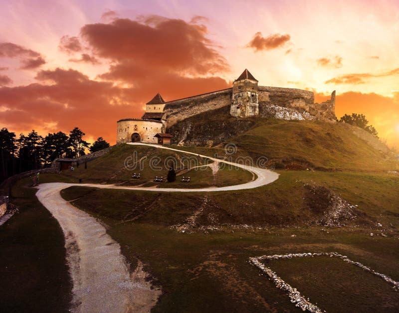 Solnedgång på Rasnov den medeltida citadellen i Transylvania royaltyfri bild