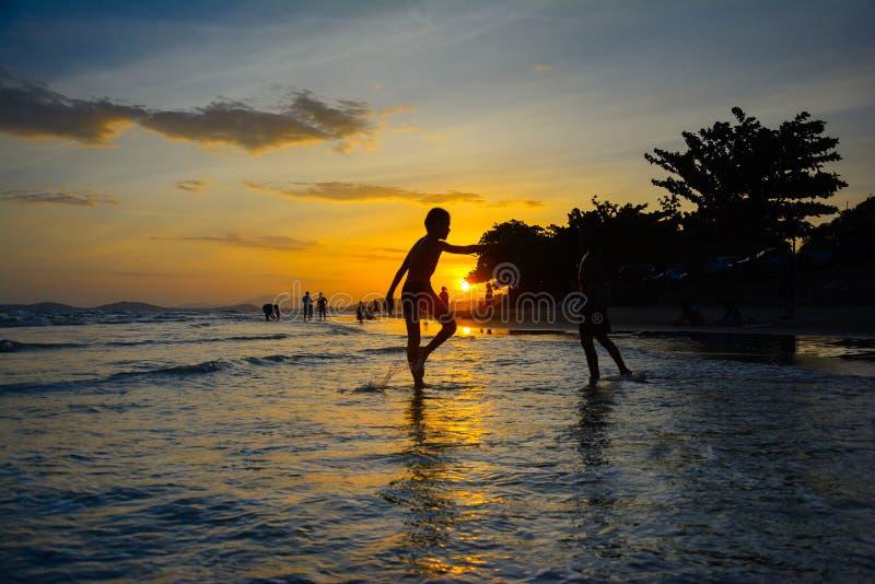 Solnedgång på rayong Thailand för maepimstrand arkivbilder