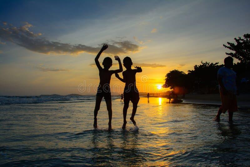 Solnedgång på rayong Thailand för maepimstrand royaltyfri foto