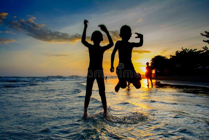 Solnedgång på rayong Thailand för maepimstrand fotografering för bildbyråer