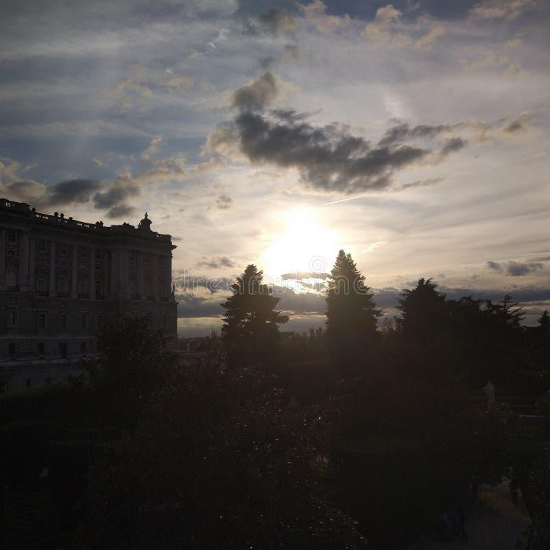 Solnedgång på Royal Palace, Madrid, Spanien royaltyfri foto