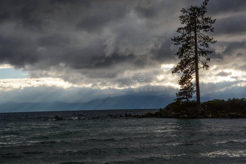 Solnedgång på sandhamnen på Lake Tahoe arkivbilder