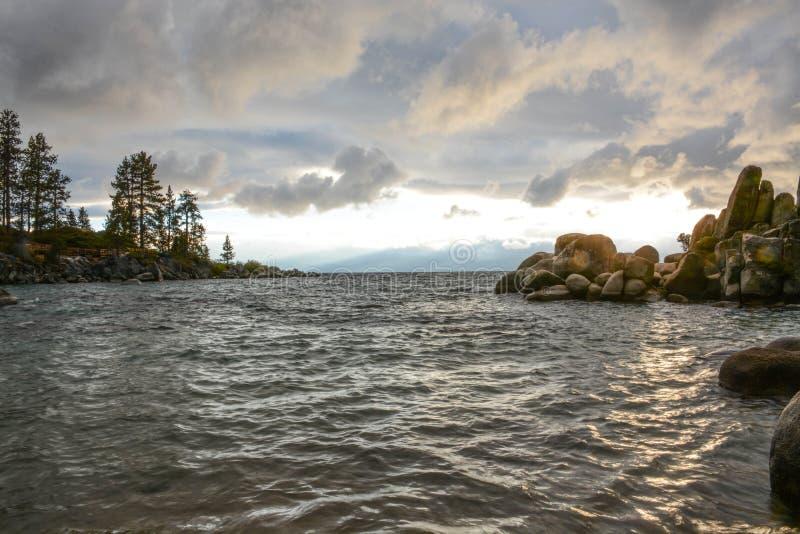 Solnedgång på sandhamnen på Lake Tahoe arkivfoton