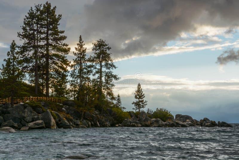 Solnedgång på sandhamnen på Lake Tahoe royaltyfria foton