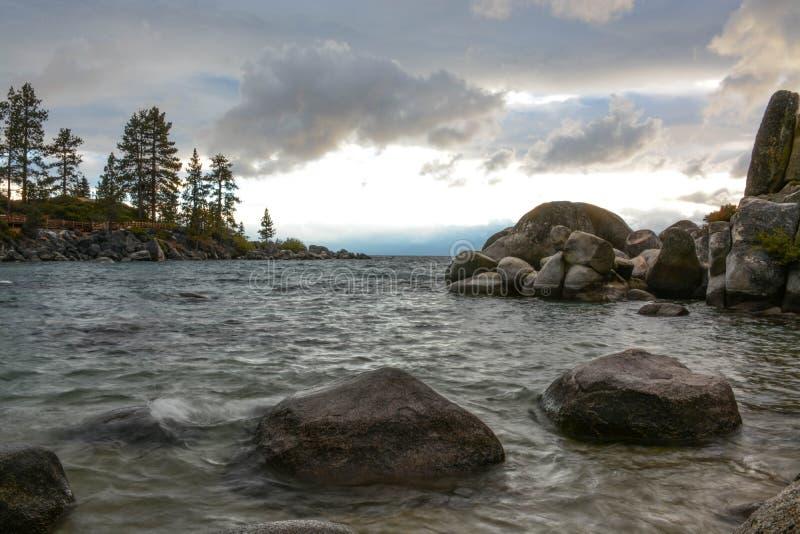 Solnedgång på sandhamnen på Lake Tahoe royaltyfri fotografi