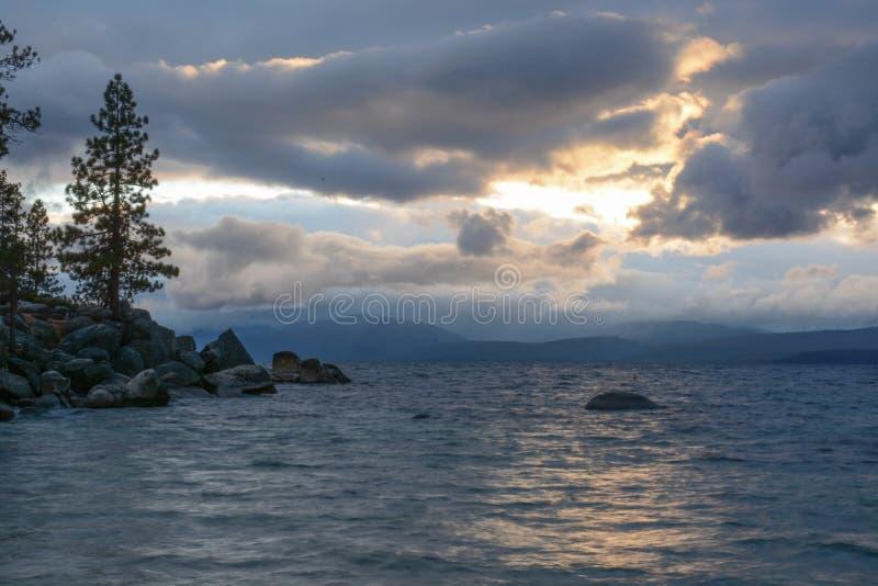 Solnedgång på sandhamnen på Lake Tahoe arkivbild