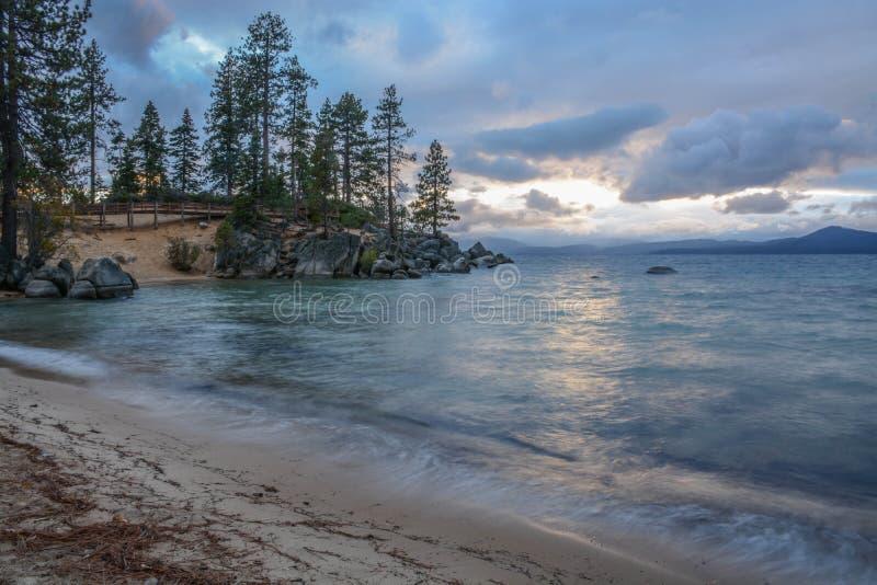 Solnedgång på sandhamnen på Lake Tahoe royaltyfri foto
