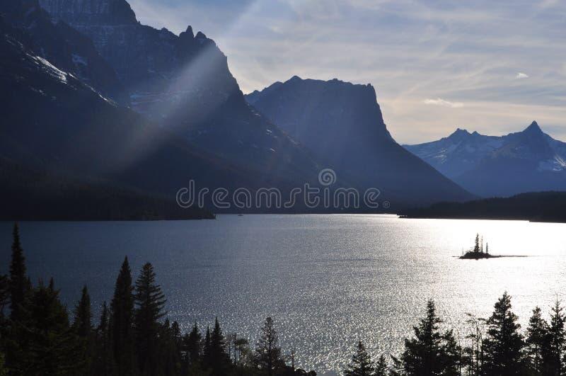 Solnedgång på sjön i glaciärnationalpark arkivfoto