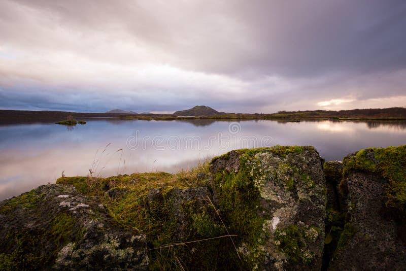 Solnedgång på sjön i södra Island Europa arkivbilder