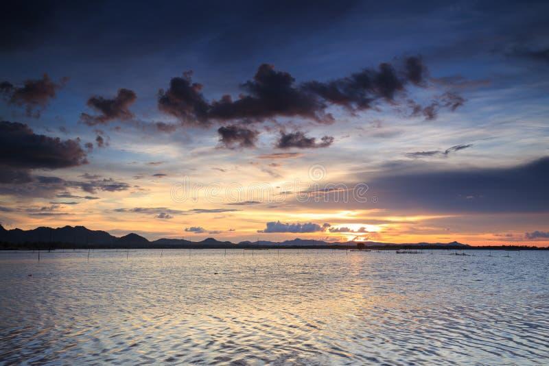 Solnedgång på sjön i Vietnam royaltyfria foton