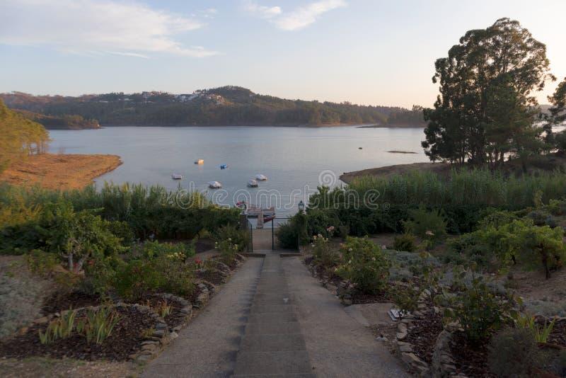 Solnedgång på sjön med fartyg och trappa Tomar portugal royaltyfri fotografi