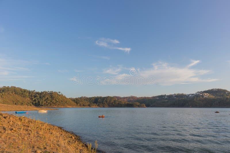 Solnedgång på sjön med fartyg Tomar portugal royaltyfria bilder