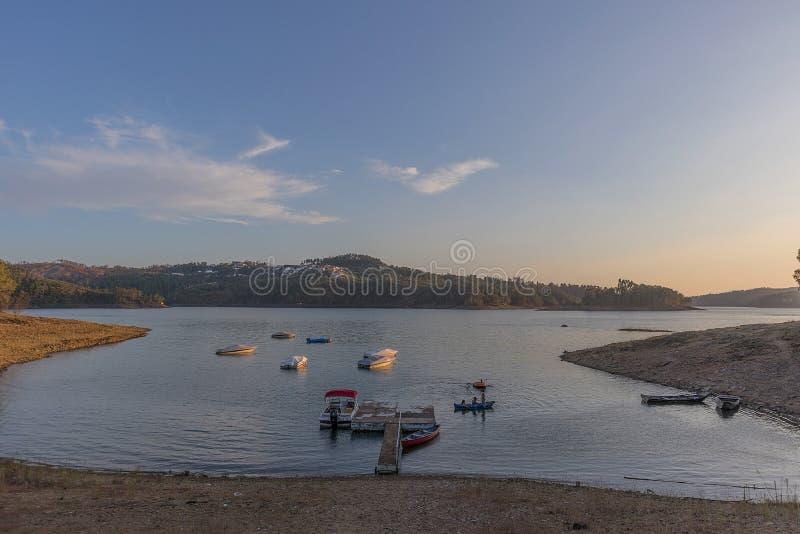 Solnedgång på sjön med fartyg Tomar portugal arkivfoto