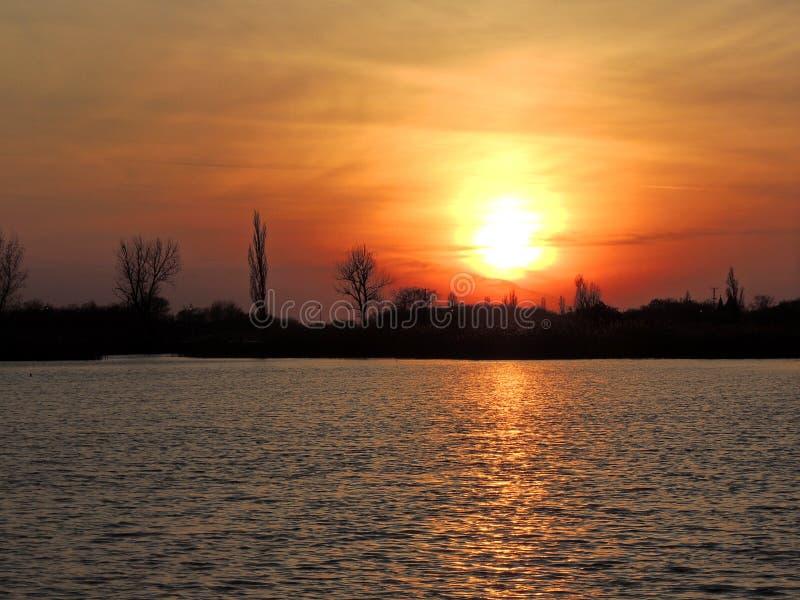 Solnedgång på sjön Palic royaltyfria bilder
