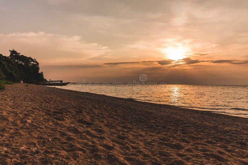Solnedgång på sjön tanganyika Tanzania royaltyfri bild