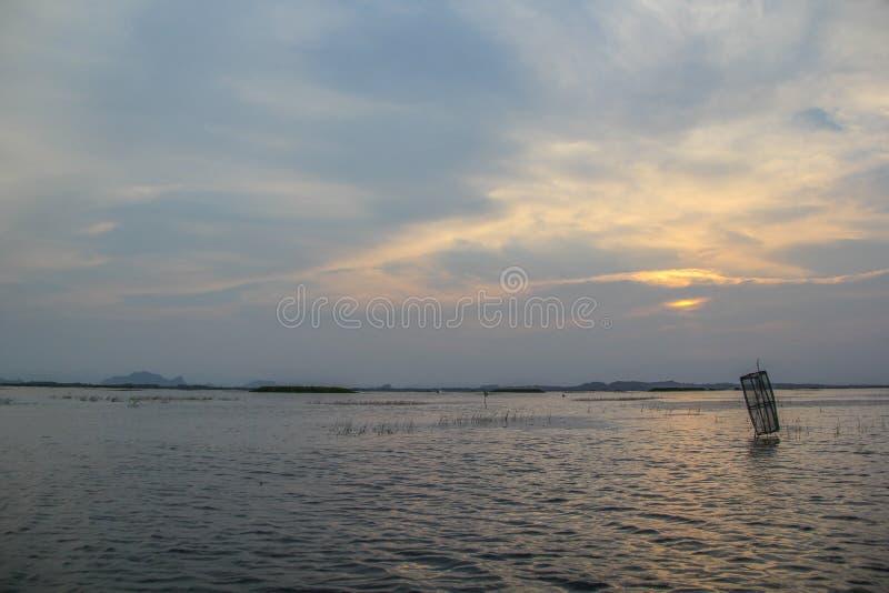 Solnedgång på sjön, Thale Noi, Phatthalung, Thailand arkivfoton