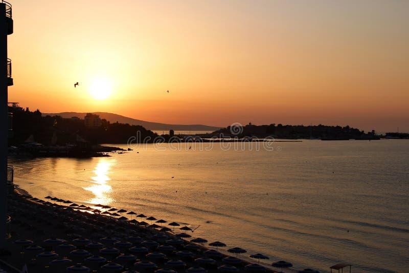 Solnedgång på sjösidan av Blacket Sea i Bulgarien arkivfoton