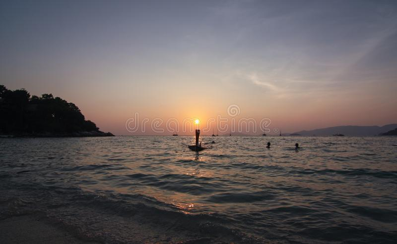 Solnedgång på solnedgångstranden på den Lipe ön arkivbilder