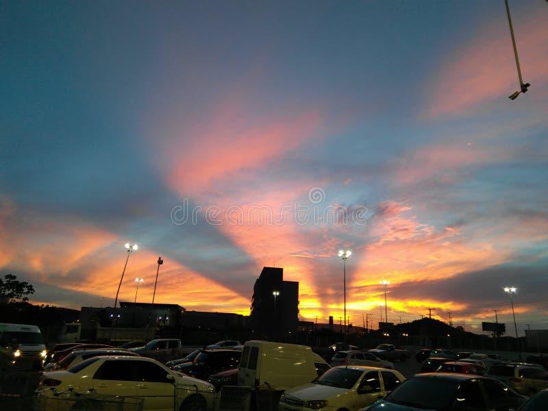 Solnedgång på staden arkivfoto