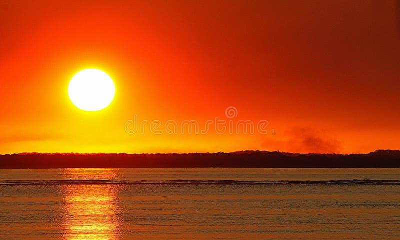 Solnedgång på staden av sjutton sjuttio fotografering för bildbyråer