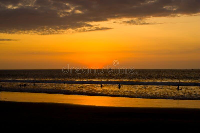 Solnedgång på Stillahavskusten av Ecuador royaltyfria foton