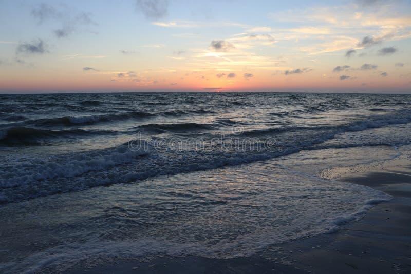 Solnedgång på stränderna på Johns passerande Florida royaltyfri fotografi